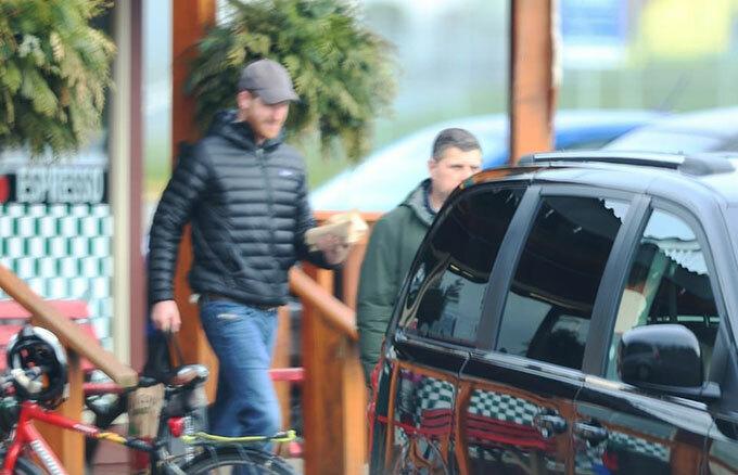 Harry đi mua đồ cùng vệ sĩ ở Vacouver, Canada hôm 15/2. Ảnh: Backgrid.