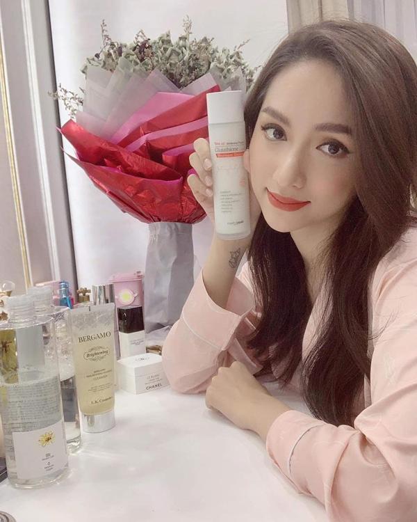 Hoa hậu Hương Giang cũng là một trong những tín đồ củanước dưỡng da trắng sáng Glutathione Angel's Liquid. Xem thêm bí quyết dưỡng trắng của các sao tại đây.