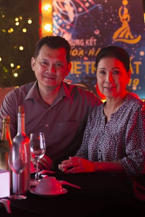 NSƯT Hữu Châu và NSND Kim Xuân vào vai bố mẹ của Hương Giang trong phim.