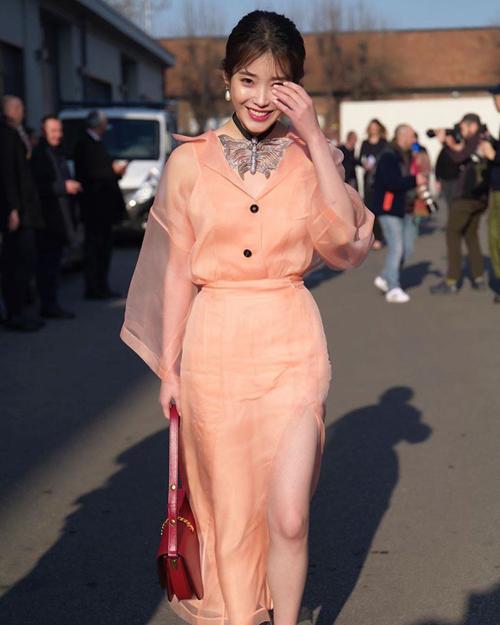 Nữ ca sĩ, diễn viên 26 tuổi người Hàn Quốc mặc đồ trong bộ sưu tập xuân hè 2020 của Gucci khi góp mặt trong show của thương hiệu hôm 19/2. Sự kiện trong khuôn khổ Tuần lễ Thời trang Milan 2020, tổ chức tại Milan, Italy.