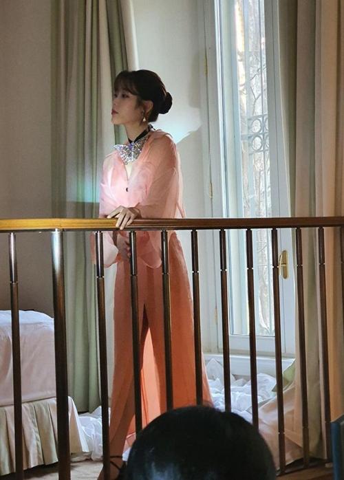 IU được mệnh danh là Nữ hoàng nhạc số, sở hữu loạt hit càn quét mọi bảng xếp hạng âm nhạc Hàn Quốc. Cô phát hành album đầu tay hồi năm 2008, được công chúng tích cực đón nhận. Sự nghiệp của cô lên như diều gặp gió khi ra mắt album thứ ba - Real (2010). Nhờ thể hiện xuất sắc ba nốt cao trong ca khúc chủ đề Good Day, IU trở thành hiện tượng của làng nhạc Hàn. Theo các chuyên gia nước này, số người có thể hát được ba nốt cao ở tuổi chưa đầy 20 như IU chỉ đếm trên đầu ngón tay. Vài năm gần đây, IU bắt đầu thử sức với phim ảnh, cô đóng một số phim như      You are the best, Lee Soon Shin, Producer...