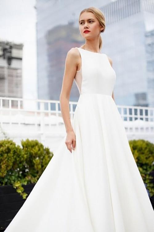 Mẫu đầm được lấy cảm hứng từ thời trang tối giản thập niên 1950, có dáng chữ A xoè nhẹ.