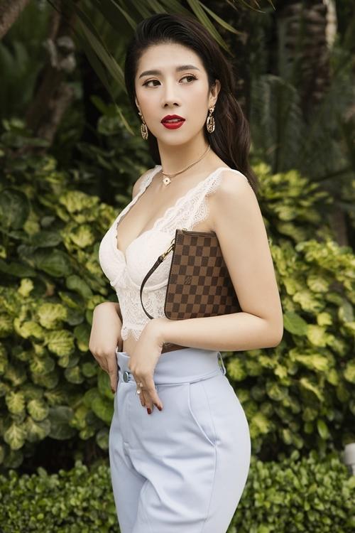 Yến Nhung cho biết khi ra ngoài gặp gỡ bạn bè, cô thường chọn các màu trắng nhã nhặn, xanh dương, đỏ để tạo nên các bộ trang phục phù hợp.