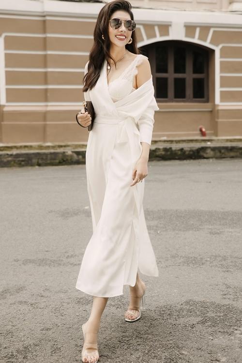 3. Các phụ kiện túi xách, bông tai, kính mắt tạo điểm nhấn cho trang phục của Dương Yến Nhung khi dạo phố.