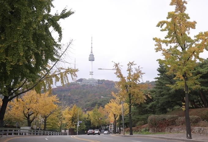 Tháp Namsan ở phía xa, nhìn từ Itaewon.
