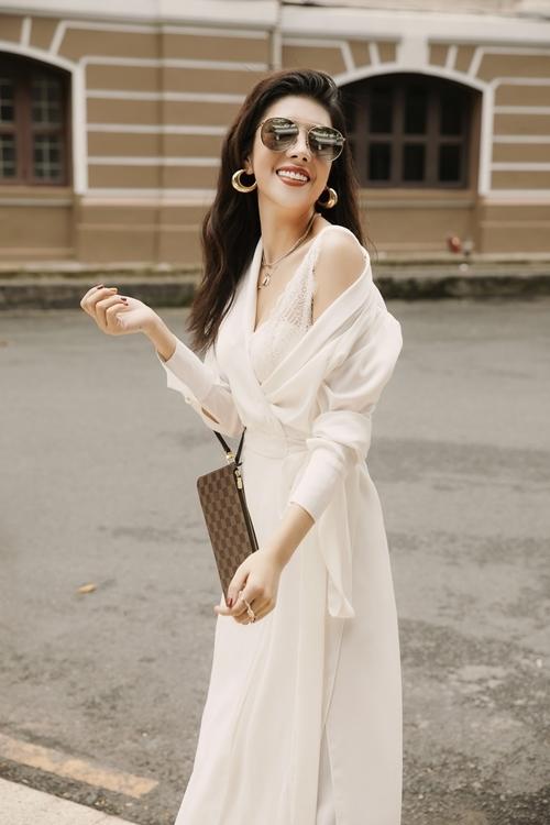Hoa hậu thể hiện nụ cười rạng rỡ, thần thái sang trọng khi tạo dáng trước ống kính.