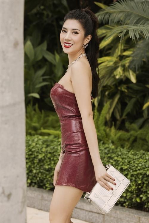 Váy ôm là bí kíp tôn hình thể 87-60-90 cm của Yến Nhung.