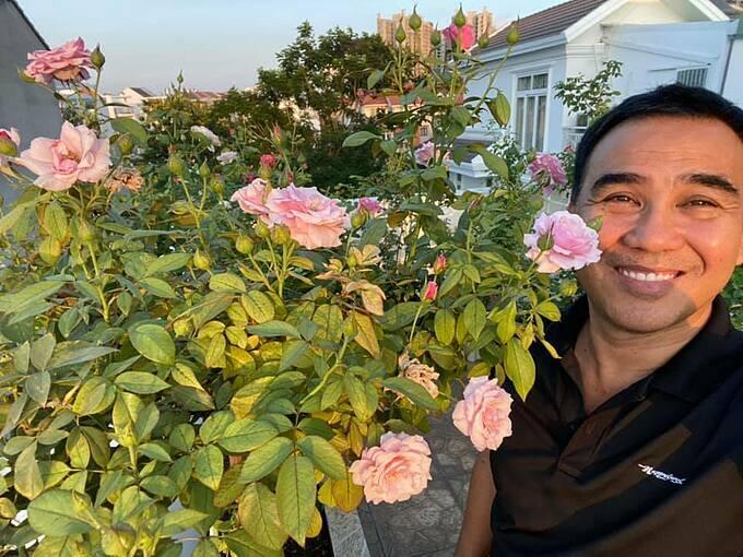 Ông xã Quyền Linh và hai con luôn là những cộng sự đắc lực của chị Dạ Thảo trong công cuộc khiến sân thượng bê tông nở hoa.