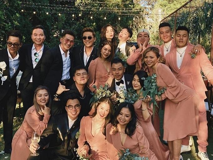 Ca sĩ Đình Bảo (đứng, thứ hai từ trái sang) - cựu thành viên nhóm AC&M - cũng có mặt.