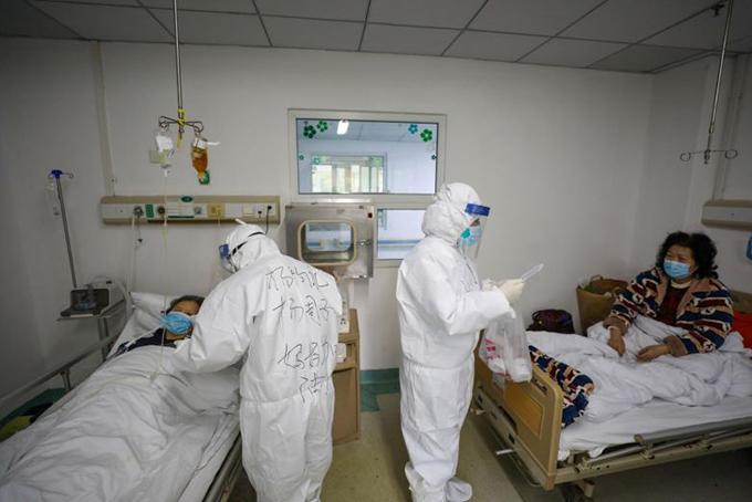 Các nhân viên y tế chăm sóc bệnh nhân nhiễm nCoV tại bệnh viên Jinyintan ở Vũ Hán. Ảnh: EPA.