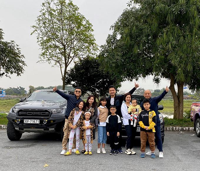 Gia đình diễn viên Hồng Đăng, Anh Tuấn và một người bạn rủ nhau đi phượt xuyên Việt bằng ôtô.