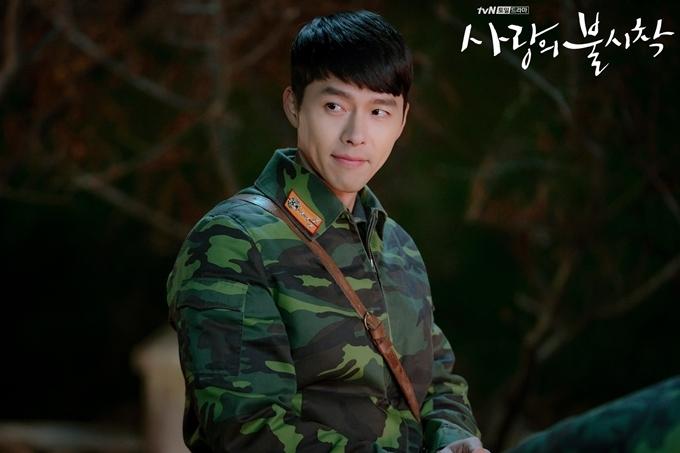 Huyn Bin gần đây được yêu thích trong vai đại úy Bắc Triều Tiên của phim Hạ cánh nơi anh.