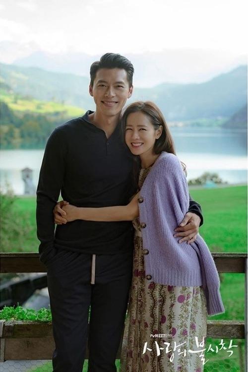 Hyun Bin và Son Ye Jin chụp ảnh trên trường quay ở Thụy Sĩ.