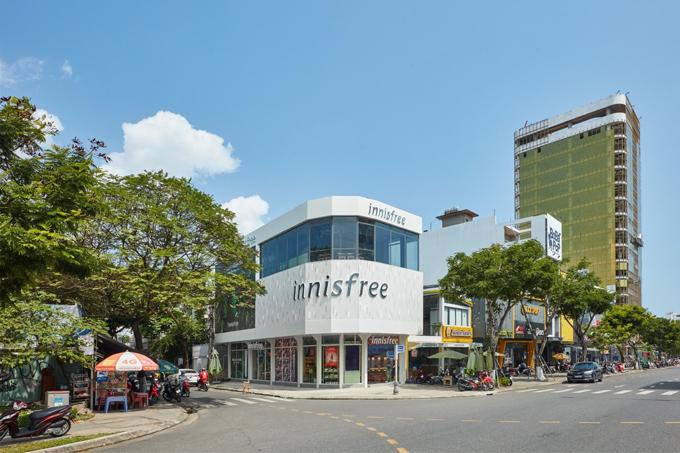 Sáng nay, cửa hàng đầu tiên của innisfree tại Đà Nẵng ra mắt các tín đồ làm đẹp. Showroom có vị trí đắc địa, hai mặt tiền, dễ tìm.