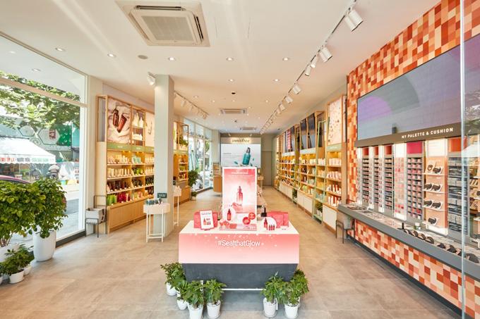 Vẫn dựa trên tinh thần gắn liền với thiên nhiên, cửa hàng innisfree có thiết kếkhông gian thoáng đãng, thoải mái. Các kệ sản phẩm được bố trí khoa học.