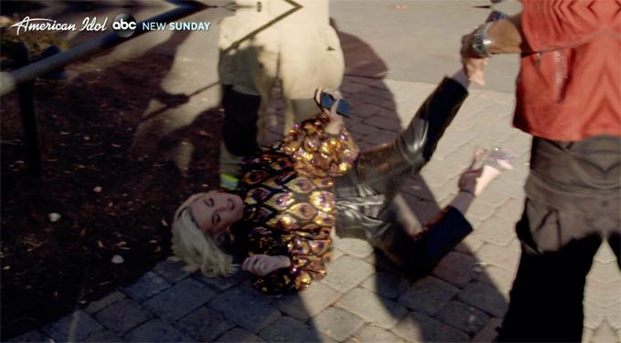 Katy Perry ngã lăn trong khi sơ tán.