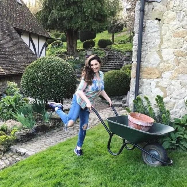 Khi có thời gian rảnh, Kelly thường chăm sóc khu vườn của mình.