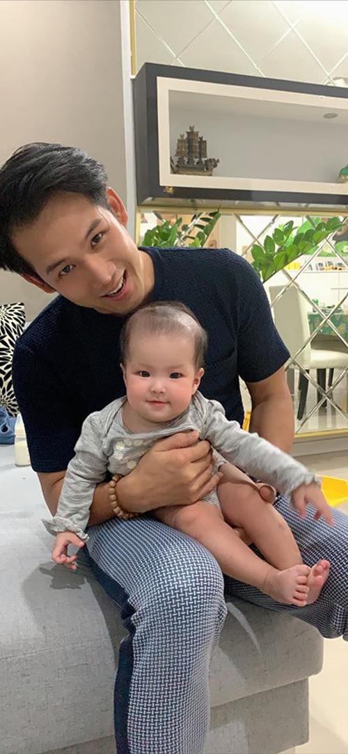 Con gái Lê Phương tươi rói khi chụp ảnh cùng diễn viên Thanh Thức.