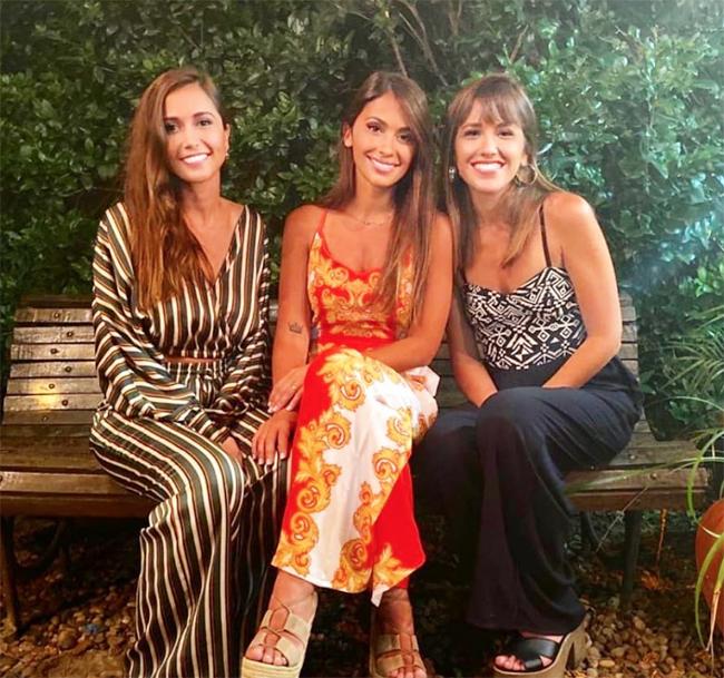 Vợ Messi (váy đỏ) bên chị và em gái. Ảnh: Instagram.