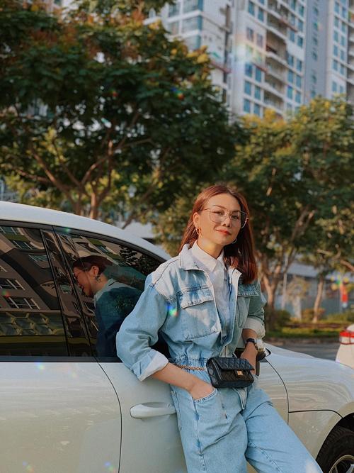 Phong cách thời trang hoài cổ của thập niên 90 lại được Thanh Hằng thể hiện cá tính qua mẫu jumpsuit jeans.