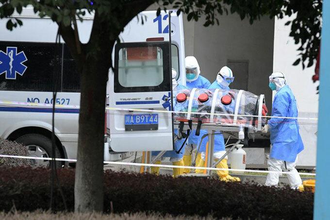 Nhân viên y tế đưa một người nhiễm nCoV đến bệnh viện ở Thành Đô chữa trị hôm 2/2. Ảnh: Reuters.
