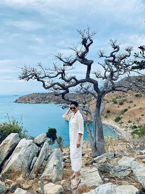 Trời xanh,mây trắng,nắng long lanh. Sao em đứng mãi không theo anh về, Thân Thúy Hà hài hước bình luận về bức ảnh chụp tại biển Cà Ná - Ninh Thuận.