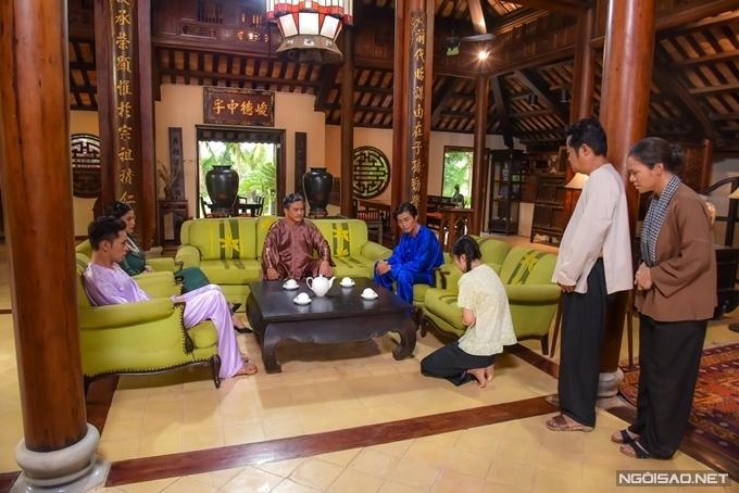 Dàn diễn viên chính gồm Cao Minh Đạt, Nhật Kim Anh, Quốc Huy, Oanh Kiều... trong một cảnh phim tại phòng khách. Nhiều nội thất có sẵn trong nhà được tận dụng trên phim, kết hợp các đồ trang trí được tổ thiết kế chuẩn bị thêm. Ngoài Tiếng sét trong mưa, biệt thự này từng xuất hiện trong phim điện ảnh Ngốc ơi tuổi 17, được dùng làm nhà của cặp vợ chồng do NSƯT Hữu Châu và nghệ sĩ Thanh Thủy vào vai.
