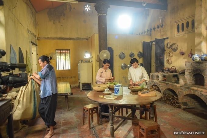 Gian bếp với tường vàng, bếp củi gợi cảm giác hoài cổ. Là người kỹ tính, đạo diễn Phương Điền trải qua thời gian dài, khảo sát hàng chục căn nhà tại nhiều tỉnh thành phía Nam để tìm được các bối cảnh ưng ý.