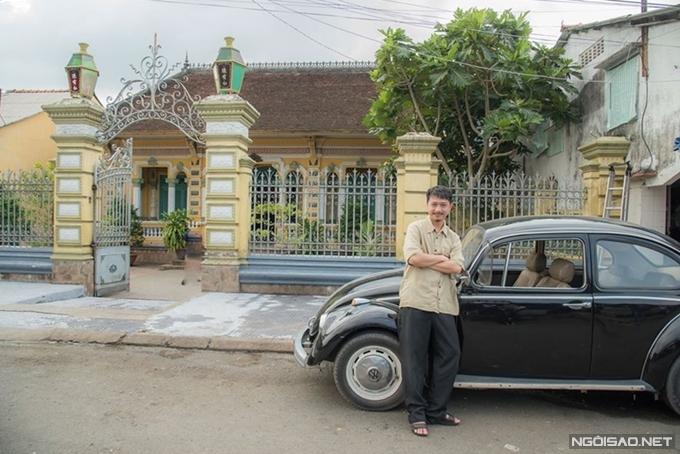 Diễn viên Hứa Minh Đạt trước cổng ngôi nhà cổ.