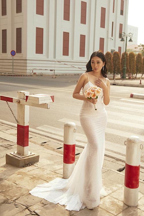Người đẹp bật mí: Lễ cưới của tôi sẽ được diễn ra ở nơi giống khu rừng, vì tôi mạng mộc. Nơi đó sẽ không có sân khấu lớn, không được trang trí xa hoa vì tôi thích điều dung dị, mộc mạc, gần gũi thiên nhiên.
