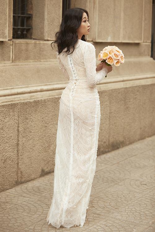 Mẫu đầm ren được đính thêm ngọc trai, giúp cô dâu toả sáng ở mọi góc nhìn.
