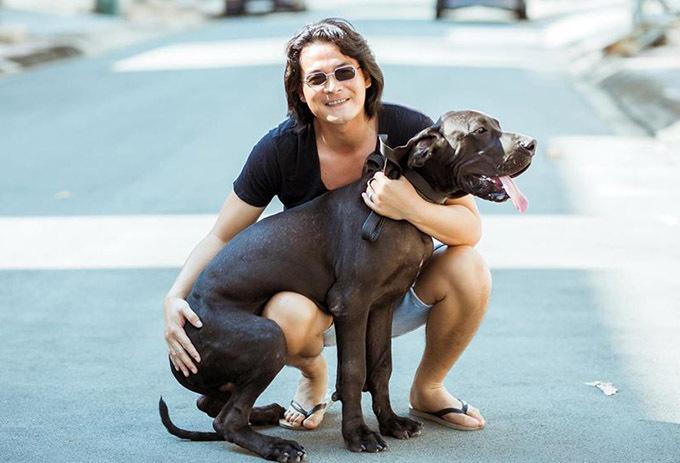 Anh và bạn gái Phượng Chanel rất buồn khi chú chó tên Đen vừa qua đời vì mắc bệnh nặng.