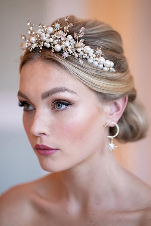 Bờm tóc đính hạt ngọc, kim cương giúp nàng trở thành công chúa trong đám cưới cổ tích.