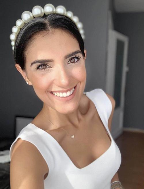 Loại bờm ngọc được kết thành 1 hàng cũng là lựa chọn thích hợp cho cô dâu theo đuổi phong cách tối giản.