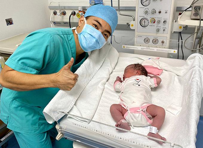 Nghệ sĩ xiếc hạnh phúc khoe ảnh con gái mới sinh sáng 22/2.