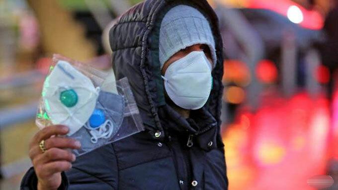 Một người đàn ông rao bán khẩu trang ở đường phố Tehran, Iran. Ảnh: AFP.