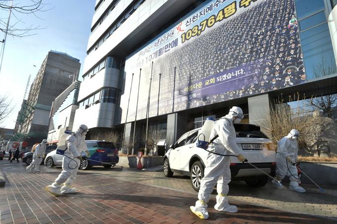 Các nhân viên tiến hành khử trùng bên ngoài một nhà thờ của đạo Tân Thiên Địa ở Daegu hôm 19/2. Ảnh: Reuters.