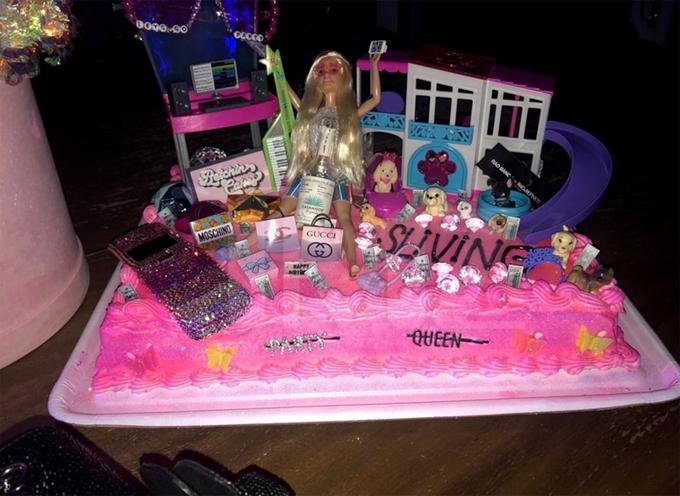 Chiếc bánh sinh nhật sang chảnh đúng phong cách của Paris với công chúa Barbie, xe hơi, hàng hiệu và những chú cún cô yêu thích.