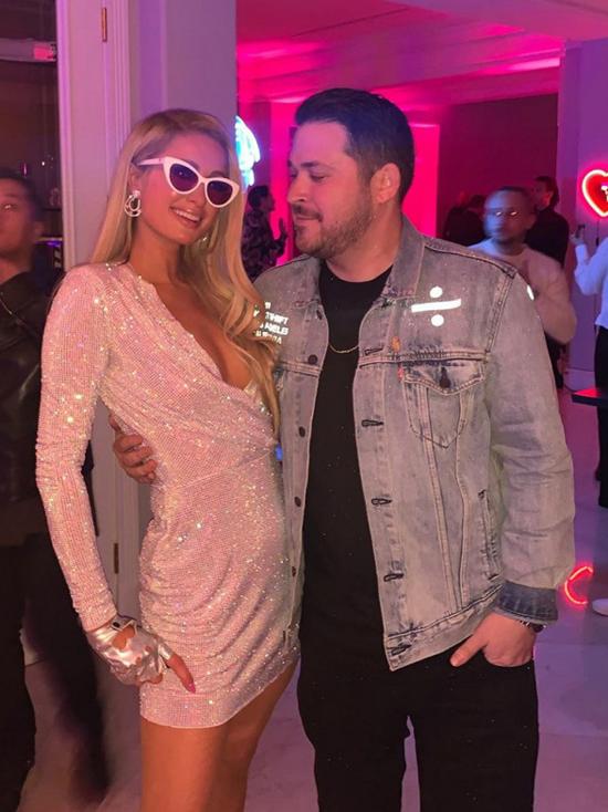 Paris Hilton mời đông đảo bạn bè đến dự tiệc.