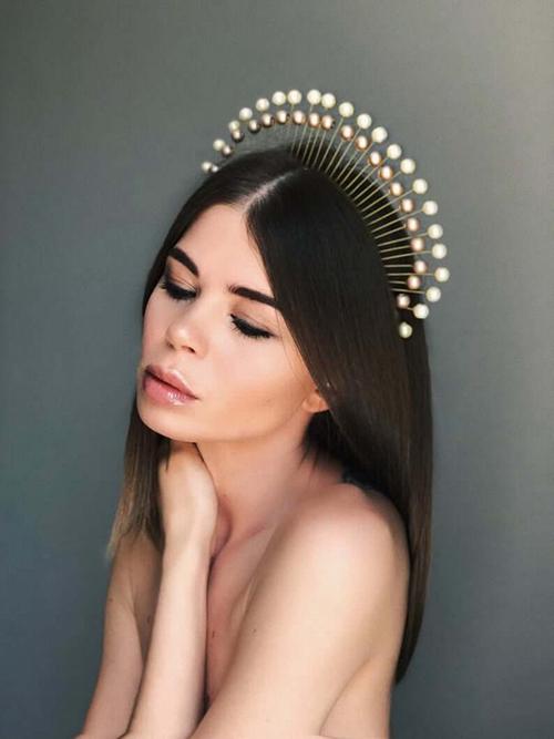 Bờm tóc cách điệu giống vương miện cũng là lựa chọn đáng cân nhắc cho cô dâu cá tính.