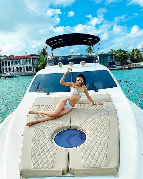 Phạm Hương khoe dáng với bikini trên du thuyền khi đi nghỉ dưỡng cùng chồng và con trai.