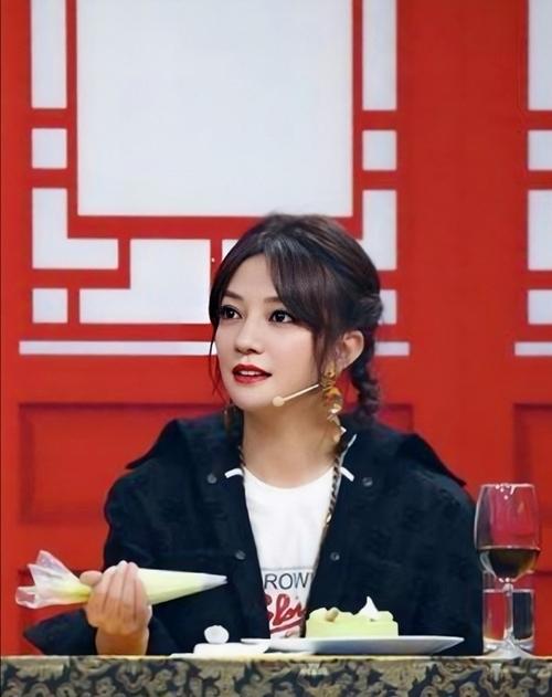 Tiểu Yến Tử trẻ trung khi làm khách mời trong Vương bài đối vương bài 5.