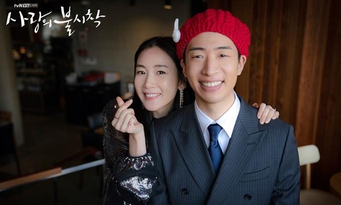 Yoo Su Bin chụp hình lưu niệm sau cảnh quay cùng đàn chị.