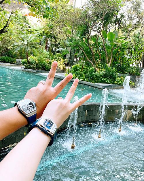 Vợ chồng Bảo Thy đeo đồng hồ đôi khi đi du lịch. Nữ ca sĩ thường đùa rằng, cô và ông xã giống nhau ở đôi bàn tay múp míp.