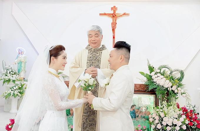 Bảo Thy giấu kín thông tin lên xe hoa với doanh nhân Phan Lĩnh vàp giữa tháng 11/2019. Tiệc cưới của nữ ca sĩ được tổ chức sang trọng tại một toà nhà ở trung tâm quận 1, TP HCM và được bảo vệ nghiêm ngặt.