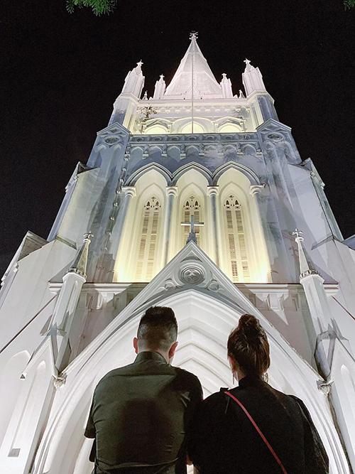 Giáng sinh đầu tiên bên nhau, cặp đôi đi lễ nhà thờ Saint Andrewtại Singapore.