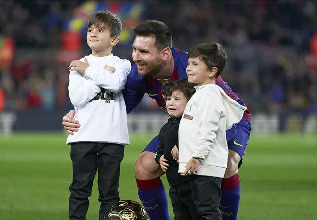 Messi bên ba cậu con trai.