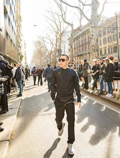 [CaptionVũ Khắc Tiệp dự show Dolce & Gabbana tại Milan FSW  Đây là lần đầu tiên Vũ Khắc Tiệp tham dự show diễn của nhà mốt nổi tiếng nước Ý này. Anh rất háo hức và hào hứng khi chứng kiến những thiết kế đẳng cấp của Dolce & Gabbana.  Tại show diễn, Vũ Khắc Tiệp cho biết anh rất ấn tượng với khung cảnh của show diễn. Hàng trăm phóng viên đến từ khác cơ quan thông tấn hàng đầu thế giới, cùng với đó là các ngôi sao nổi tiếng và tỷ phủ.