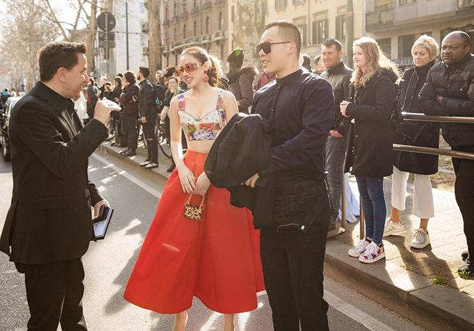 Bầu Tiệp và Á hậu châu Á 2019 trò chuyện cùng một vị khách cũng tới xem show diễn hôm 23/2.