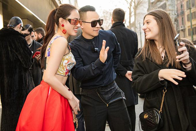Vũ Khắc Tiệp chia sẻ anh được mời dự Milan Fashion Week 2020 cùng Ngọc Trinh nhưng vì nữ hoàng nội y bận việc nên ông bầu đi với người đẹp Hà Vi Vi.
